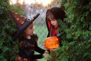 Halloween-Kinder planen Streich
