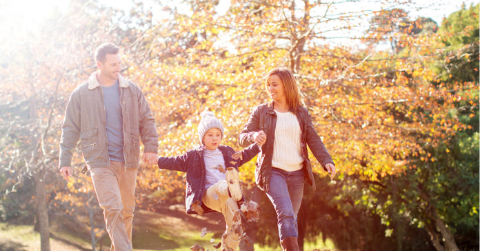 Familie mit Kind geht spazieren, Kinderzulage