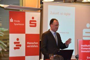 Preetzer Bürgermeister Björn Demmin freut sich auf die digitale Zukunft in Preetz.