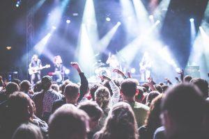 Fans vor einer Konzertbühne