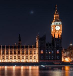 Der Big Ben läutet um Mitternacht und kündigt den Brexit an.