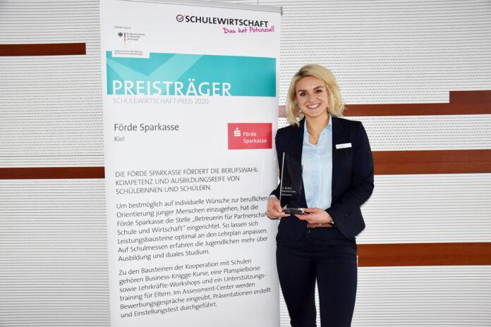 Sarah Krüger von der Förde Sparkasse mit dem SCHULEWIRTSCHAFT-Preis