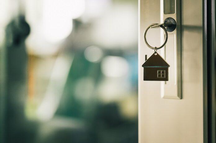 Haustür mit Schlüsselbund